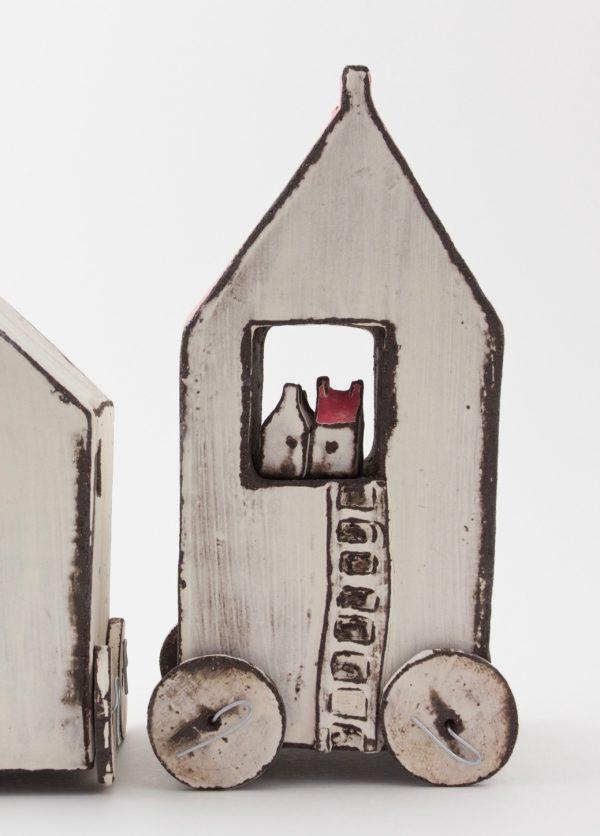 House with turning Wheels, Berangere Ceramiques, Bérangère Noyau, Ateliers d'art de France, Artisan de France, Artiste de France, Artiste céramiste, Artiste porcelaine, créateur en porcelaine, Design et fabrication de petites séries et pièces uniques, arts décoratifs, objets décoratifs, céramiste, céramiste de france, céramiste Samois-sur-Seine, céramiste français, céramiste polyvalente, porcelainier, porcelainier français, porcelainier Samois-sur-Seine, porcelainier de France, Passage Potin, céramique, objet en céramique, porcelaine, objet en porcelaine, pièces uniques céramique, pièces uniques porcelaine, créatrice de céramique, créatrice de porcelaine, créatrice française, atelier Samois-sur-Seine, cours Samois-sur-Seine, cours céramique, cours porcelaine, cours céramique adulte, cours céramique enfant, cours porcelaine adulte, cours porcelaine enfant, impression en sérigraphie sur porcelaine, pièce unique décoration, pièce unique made in France, pièce unique décoration made in France, décoration made in France, objet made in France, céramique made in France, porcelaine made in France, artisanat français, art de france Bérangère Céramiques, Berangere Ceramiques, Bérangère Noyau, Ateliers d'art de France, Artisan de France, Artiste de France, Artiste céramiste, Artiste porcelaine, créateur en porcelaine, Design et fabrication de petites séries et pièces uniques, arts décoratifs, objets décoratifs, céramiste, céramiste de france, céramiste Samois-sur-Seine, céramiste français, céramiste polyvalente, porcelainier, porcelainier français, porcelainier Samois-sur-Seine, porcelainier de France, Passage Potin, céramique, objet en céramique, porcelaine, objet en porcelaine, pièces uniques céramique, pièces uniques porcelaine, créatrice de céramique, créatrice de porcelaine, créatrice française, atelier Samois-sur-Seine, cours Samois-sur-Seine, cours céramique, cours porcelaine, cours céramique adulte, cours céramique enfant, cours porcelaine adulte, cours porcelaine enfan
